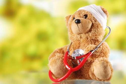 Ein sitzender Teddybär mit verbundenem Ohr