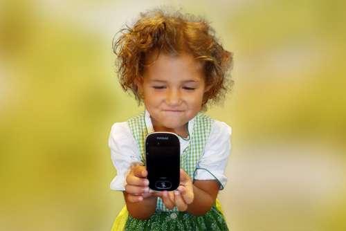 Mädchen freut sich über ihre FM Anlage, die sie von Get a hearing bekommen hat